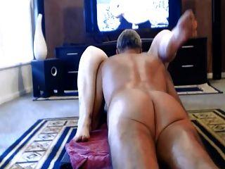 mãe ficando fodida no chão da sala de estar