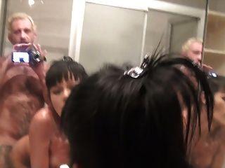 Tranny é fodida por um cara no chuveiro