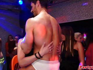 eurobabes do partido amador lambe o bichano em um clube