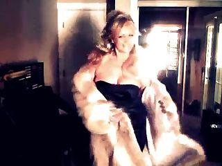 mulher sexy mostrando seu casaco de pele de lobo!