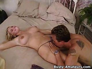 marioninha amputada e busty em preliminares quentes na cama
