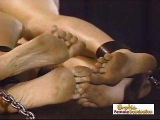 A amante tortura duas garotas ao mesmo tempo