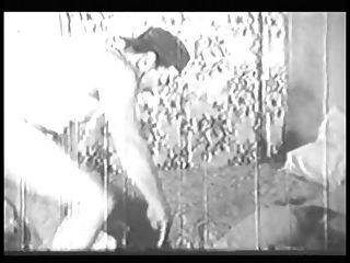 mulher com big ass e boobs dá cabeça e faz estilo doggy no clipe antigo de b \u0026 w