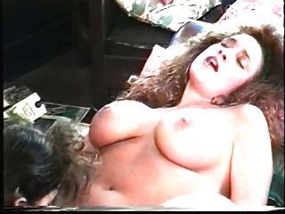 lésbicas que gostam de grandes tomates comem bichano na frente da lareira
