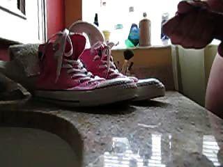 slo mo cum em tênis (rosa converse chucks.)