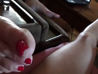 inclina os pés e as soltas vermelhas para perto