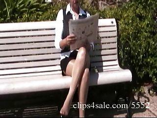 secretária latina sexy mostra suas pernas sexy em meia-calça