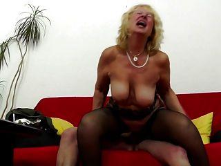 A avó recebe um pau jovem na vagina velha