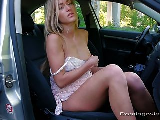 A vagabunda da estrada se masturba no carro
