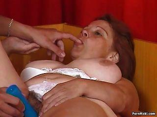 A vovó masturba com um vibrador antes que ela fique com galo real