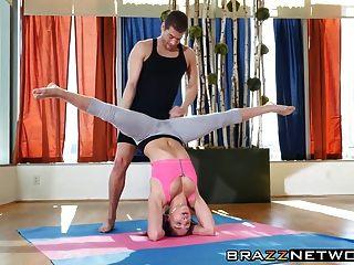 Aula de ioga se transforma em fodida anal