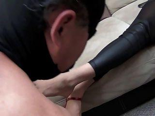 Deusa de jennifer limpa os pés pelo escravo