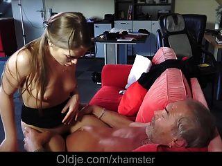 jovem menina russa chupa o osso de um velho vovô