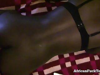 A menina africana córnea não pode ter galo branco suficiente!