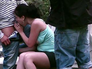 triunfo público de gangbang de rua com uma menina adolescente fofa