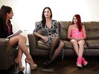 terapeuta familiar toca com mãe e seta