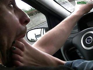 dirigindo com giulia dominando o pé no carro