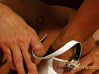 enfermeira enferrujada fode seu paciente gentil com uma cinta gigante em