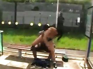 hooker fucks black guy em público !!!