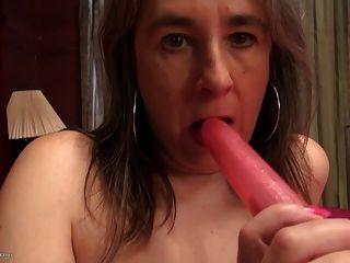 Mãe madura amadora com boceta velha e sedenta