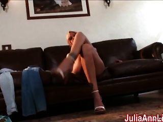 sexy milf julia ann cums do vibrador de vidro!