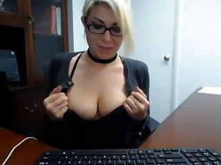 Secretário capturado se masturbou no trabalho