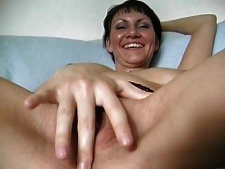 O maravilhoso corpo francês Milf joga com um rolo