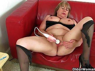 Granny britânica Trisha não pode controlar seu desejo sexual