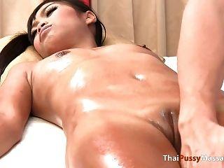 garota tailandesa recebe massagem de óleo nua