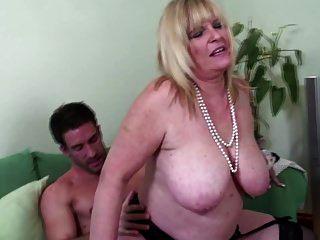 Mamãe velha com big breas com galo grande