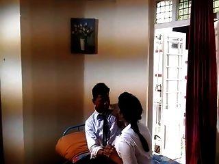 romance indiano primeira vez na faculdade