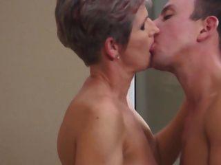 Milf quente e seu amante mais novo 14