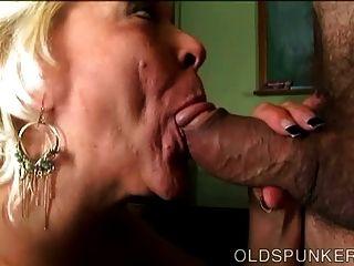 Super sexy old spunker dá uma incrível blowjob descuidado