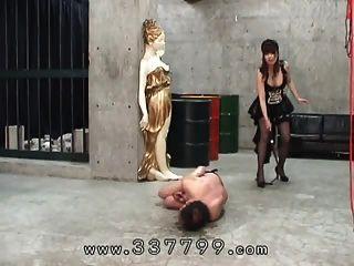 Hemisfério japonês atingiu com um chicote para escravo