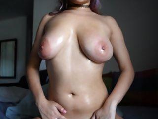 linda garota brincadeira com seus grandes seios