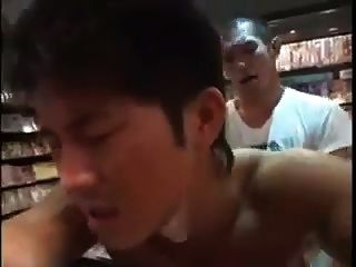 Meninos asiáticos fodendo na livraria