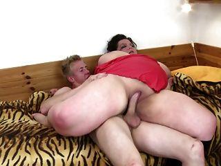 Grande mãe madura sugam e fodem garoto adolescente