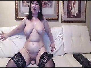 mãe russa madura quente em meias de brinquedo