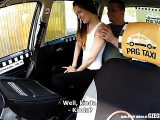 o adolescente mais fofo recebe uma viagem de táxi grátis