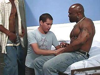 O rapaz branco amador recebe gangbanged por gajos negros