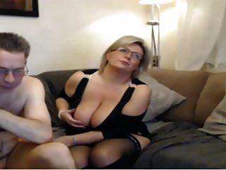 Mãe madura tem sexo com webcam com grandes peitos perfeitos