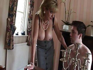 milf britânico provoca jovem rapaz com seus peitos