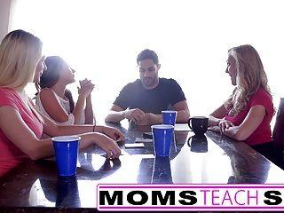 Momsteachsex quente mãe e amigos adolescentes orgia foda com vizinho