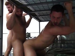 5 homens militares com besteira dupla em quartéis