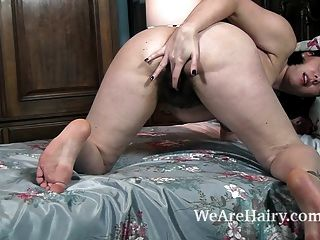 Sharlyn está desnuda e se masturba na cama