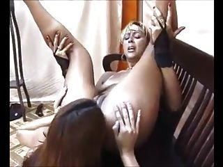 lésbicas brasileiras conseguem o seu calvo lamber pelo escravo