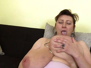 mãe maravilhosa com super tits e coxa com fome