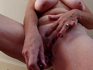 Avó sexy com mamas grandes e coxa com fome