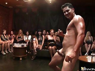 mulheres excitadas sugam galo de stripper masculino