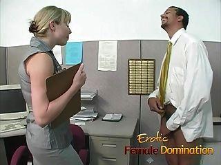 A besta do escritório loira domina e humilha os trabalhadores